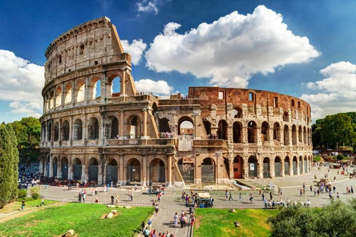 Imperdibile per i visitatori è il Colosseo, simbolo della città eterna, situato in una zona ricca di bed and breakfast economici Roma. Nei dintorni si trovano anche locali e ristoranti caratteristici dove passare una bella serata. Visitare Colosseo – Roma.