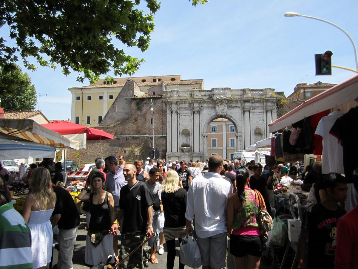 Colorato e pittoresco, il Mercato di Porta Portese accoglie con la sua atmosfera popolare romana che affascina i visitatori. In zona sono presenti altre attrazioni da visitare comodamente soggiornando in un bnb economico Roma, ma anche ristoranti e deliziosi locali. Mercato di Porta Portese - Roma
