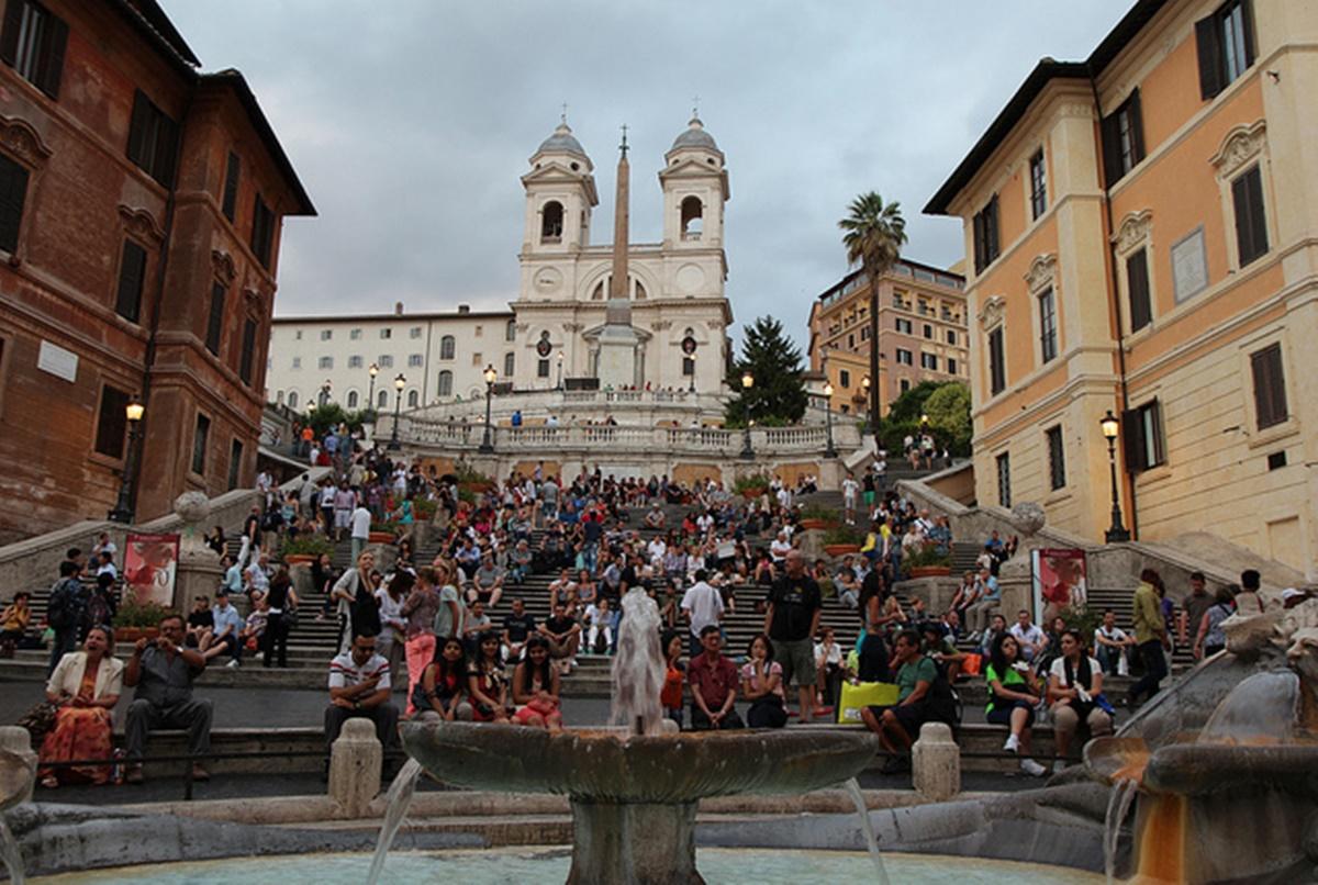 Piazza di Spagna è uno dei simboli di Roma, suggestiva e circondata da numerose attrazioni da visitare soggiornando in uno dei numerosi b&b economici Roma. La presenza di diversi in cui intrattenersi attira i visitatori. Visitare Piazza di Spagna – Roma.