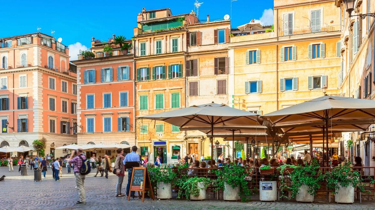 Affascinante e suggestiva, Piazza Santa Maria in Trastevere è uno dei punti imperdibili da visitare a Roma. Alloggiare nei dintorni è facile perché si trovano molti b&b economici Roma e anche locali di ogni genere dove trascorrere una serata piacevole. Visitare Piazza Santa Maria in Trastevere - Roma